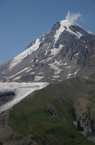 Mount Kazbek - Image: The massive Gergeti glacier next to Mt. Kazbek (4)