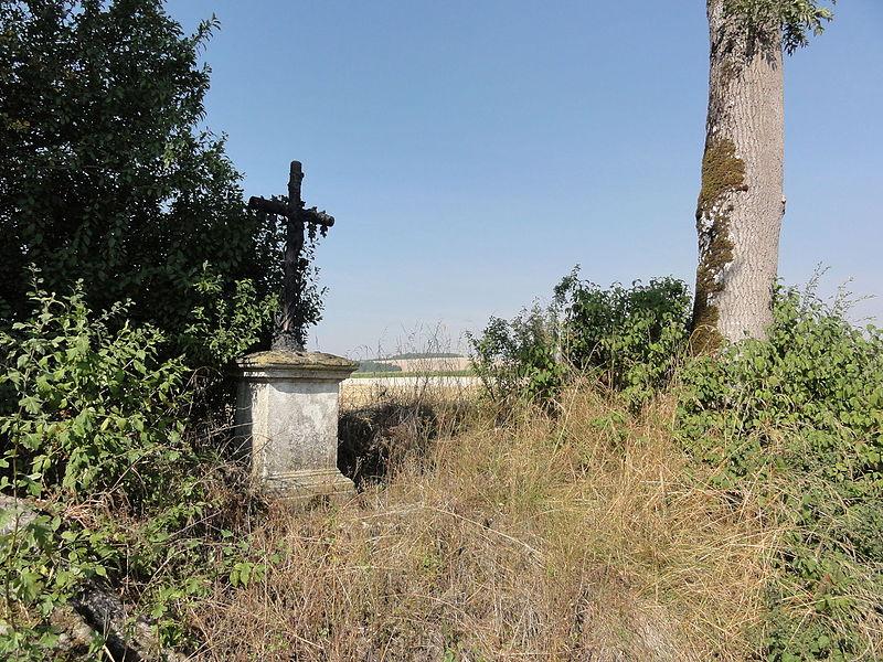 Tilly-sur-Meuse (Meuse) croix de chemin face au cimetière