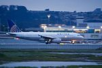 United Airlines Airbus A320 twilight departure (26604759270).jpg