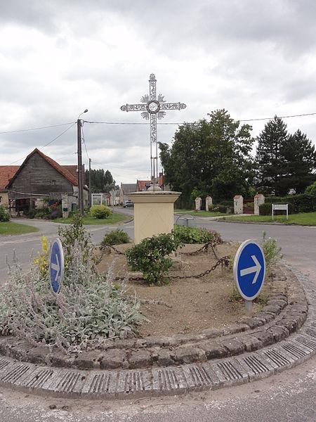 Vesles-et-Caumont (Aisne) croix de chemin, rond-point