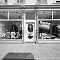 Voorgevel, detail, ingangspartij met beeldhouwwerk - Tilburg - 20344355 - RCE.jpg