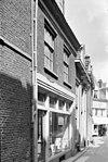 foto van Pand met gotische trapgevel met geprofileerde vensters met spitsbogen