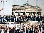 Oeste e Leste alemães no Portão de Brandemburgo em 1989.jpg