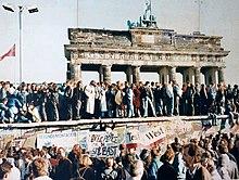Photo montrant une partie du mur de Berlin et la Porte de Brandebourg lors de la réunification allemande.