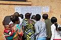 Électeurs cherchant leurs noms sur les listes pour identifier leurs bureaux de vote - RDC, 2018.jpg