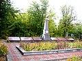 Братська могила радянських воїнів та пам`ятник воїнам-односельцям, смт. Комишуваха, на центральному кладовищі.jpg