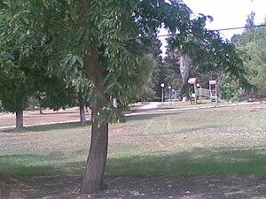 Givat Yeshayahu - Image: עברית מרכז המושב; הדשא המרכזי וגן השעשועים