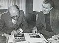 ראש הממשלה מנחם בגין לצד מנהל מרכז ההסברה ויו״ר אירועי העצמאות יהודה אילן 1978.jpg