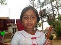 ஒரு ஆப்பிள் பழத்தின் கையில் புளியம்பழம்.jpg