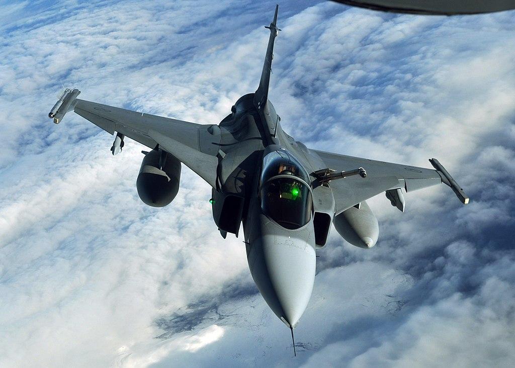 المقاتلة الذكية GRIPEN 1024px-1025448_A_Swedish_JAS-39_Gripen_returns_to_the_play_areas_of_the_Arctic_Challenge_exercise_Sept._24%2C_2013