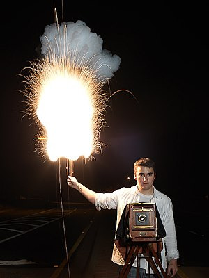 Flash (photography) - Demonstration of a magnesium flash powder lamp from 1909