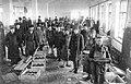 1915. Упаковка снарядов в снаряжательной мастерской.jpg