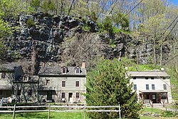 Historic houses in front of Raven Rock cliffs