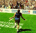 A17 Švihadlo a pingpongový míček přeskoky na jedné noze Praha 2005 03.jpg