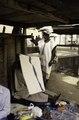 ASC Leiden - van Achterberg Collection - 03 - 49 - Un marché. À l'ombre d'un toit en bois se dresse un homme en tenue indigène blanche - Ségou, Mali - novembre-décembre 1993.tif