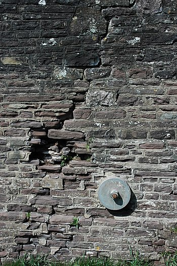 English: A crack in the wall, Newbridge on Usk...