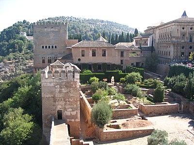 Amurallado de la Alhambra y lateral del Palacio de Carlos V.JPG