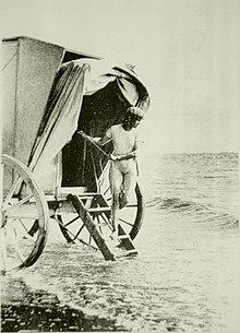 d63989bff19d4 Badekleidung für Männer erlaubte mehr Haut, 1891