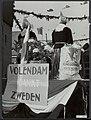 Bevrijdingsfeesten. Volendam viert feest. In de optocht met praalwagens wordt he…, Bestanddeelnr 120-0904.jpg