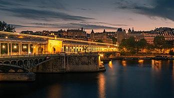 Die Bir-Hakeim-Brücke an der Seine in Paris.  (tatsächliche Auflösung 5.708 × 3.211)