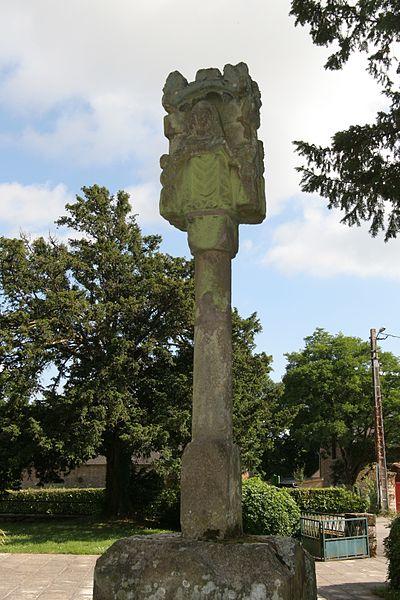 Église Saint-Gildas de Bohal: croix Saint-Gildas devant l'église, face nord.
