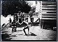 Bosneger Alexander danst op harmonicamuziek van Pate in Poeloegoedoe.jpg