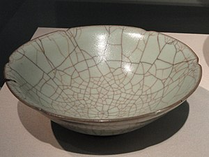 Guan ware - Bowl with type 2 crackle and lobed rim