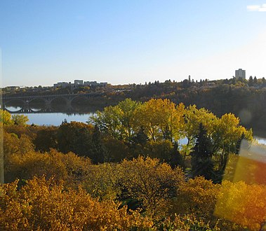 Broadway Bridge over the South Saskatchewan River in Saskatoon -c