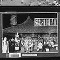 COLLECTIE TROPENMUSEUM Bezoekers drinken Amstel bier op de Pasar Gambir in Batavia TMnr 60029721.jpg
