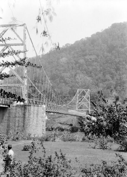 File:COLLECTIE TROPENMUSEUM IJzeren brug over de Cimandiri-rivier bij Palaboehanratoe TMnr 10028406.jpg