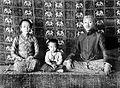 COLLECTIE TROPENMUSEUM Mangkoe Negoro VII (1916-1944) met zijn vrouw de Ratu Timur en kind mogelijk Gusti Siti Noeroel Soerakarta TMnr 10001309.jpg