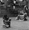 COLLECTIE TROPENMUSEUM Scene met de Barong en de aap uit een Barong- en Krisdans in het voorhof van de dorpstempel TMnr 20000305.jpg