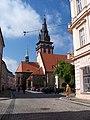 Chomutov, Husovo náměstí, kostel Nanebevzetí, z Mostecké.jpg