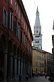 Cittadini in movimento sotto alla Torre Ghirlandina di Modena.jpg