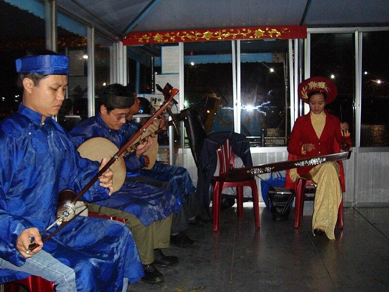 Tập tin:Dàn nhạc ca Huế trên sông Huế.JPG