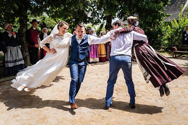 File:Danse de mariage traditionnel aveyronnais (France).jpg