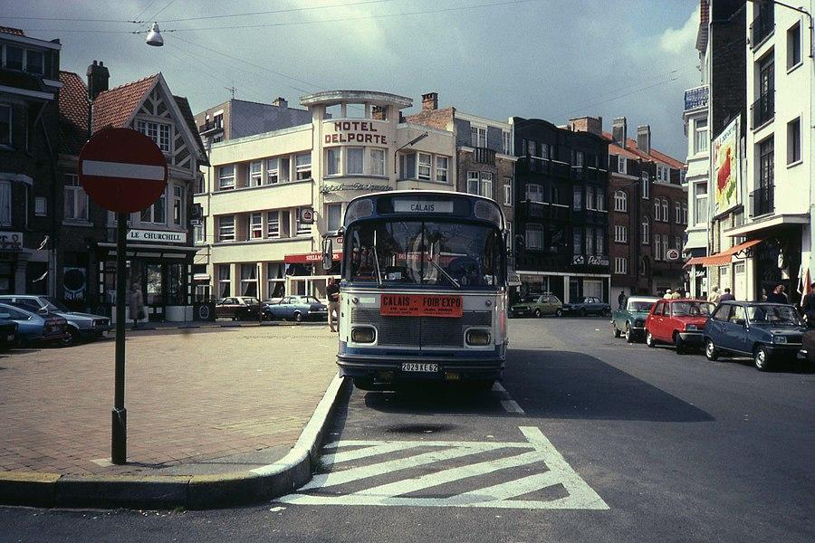 De bus naar Calais in 1982? De Franse bus rijdt nu niet verder dan Duinkerke en vertrekt vanaf Adinkerke spoorstation en komt niet meer in De Panne dorp. Het achterliggende hotel Delporte heet nu Sfinx. Vertrekpunt was de Sloepenlaan.