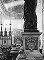 De absis van de Sint-Pietersbasiliek met vooraan de bronzen lampen op de balustr, Bestanddeelnr 191-1249.jpg