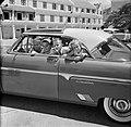 De kinderen van gouverneur Struycken met hun moeder in een auto bij de ontvangst, Bestanddeelnr 252-2826.jpg