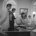 De koningin bewondert geschenken van de Curaçaose jeugd, Bestanddeelnr 252-3784.jpg