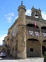 Detalle de torrecilla de fachada con escudo del emperador Carlos V y de la ciudad.jpg