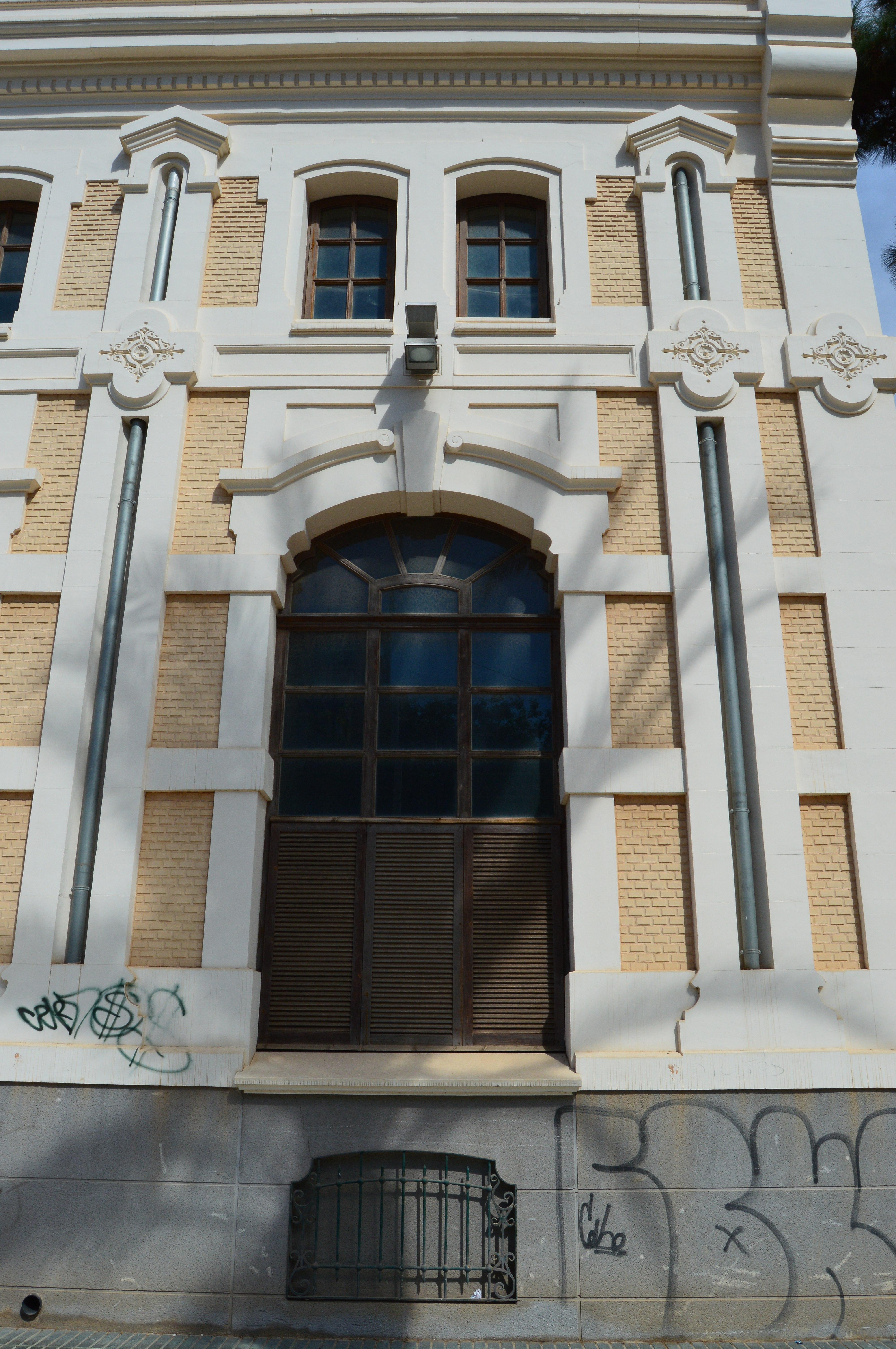 File:Detalle de una ventana de la cara oeste de la Fábrica de Fluido ...