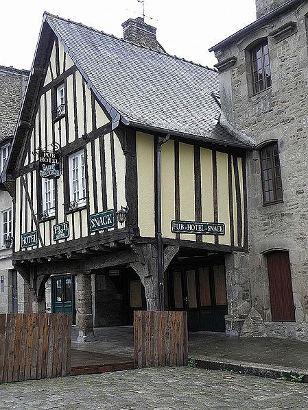 File:Dinan (22) Place Saint-Sauveur n°21-1.JPG Исторические памятники Динана, достопримечательности Динана, фотографии Динана