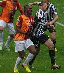 Chiellini (a destra) alla Juventus, in marcatura su Drogba, nel corso della sfida di UEFA Champions League 2013-2014 in casa del Galatasaray.