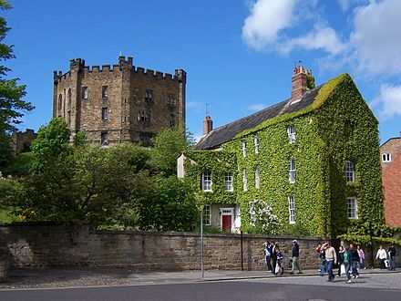 Durham Castle, view of the keep Durham Castle Bergfried.jpg