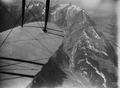ETH-BIB-Alpstein, Säntiskette, Wasserauen, Wildkirchli,Tragfläche im Bild v. O. aus 2200 m-Inlandflüge-LBS MH01-001147.tif