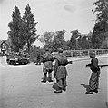 Een Britse brencarrier van de 49th West Riding Infantry Division nadert enkele n, Bestanddeelnr 900-2837.jpg