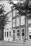 foto van Huis met rechte gevel en van pirons voorzien schilddak aan de straat