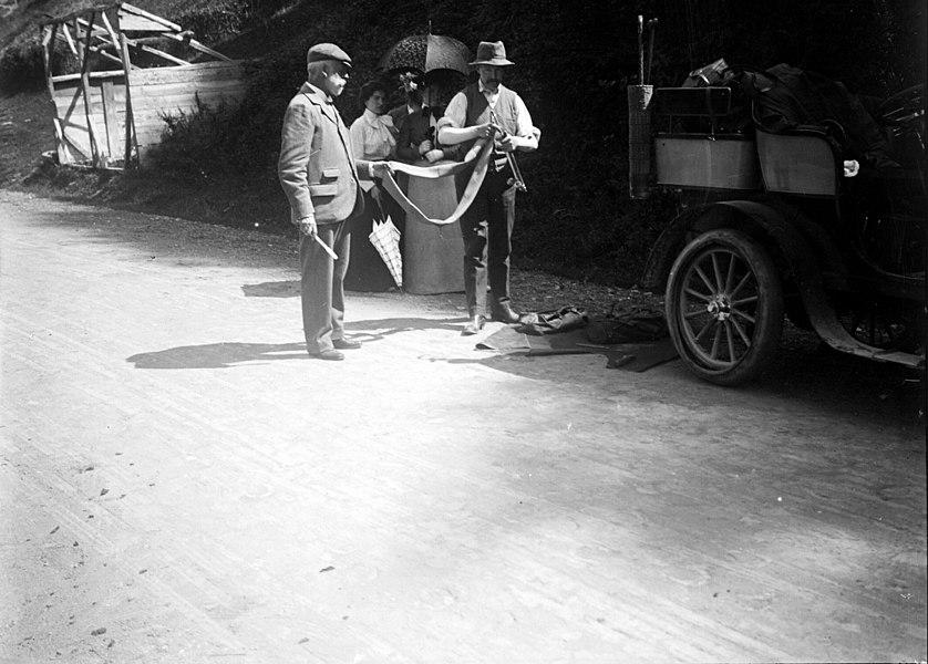 """Fonds Trutat - Photographie ancienne  Cote: TRU C 62 Localisation: Fonds ancien Original non communicable  Titre: En panne à Cierp avec Mme Fontan, Mme Gourdon, [auto Béraldi], 2 septembre 1901  Auteur: Trutat, Eugène Rôle de l'auteur: Photographe  Lieu de création: Cierp Gaud (Haute-Garonne) Date de création:: 1901  Mesures: 8 x 9 cm  Observations: Notes manuscrites Trutat: """"Bellieni"""".  Mot(s)-clé(s):  -- Automobile -- Crevaison -- Chambre à air -- Pompe à air -- Homme -- Femme -- Costume masculin -- Costume féminin -- Panne -- Route -- Réparation -- Automobile -- Béraldi, Henri. [Mention / citation] -- Fontan, Madame -- Gourdon, Madame -- Gourdon, Maurice  -- Bagnères-de-Luchon (Haute-Garonne; canton) -- Cierp Gaud (Haute-Garonne) -- Pyrénées (France)  -- 20e siècle, 1e quart  Médium: Photographies -- Négatifs sur plaque de verre -- Noir et blanc -- Bellieni -- Scènes   Voir:  TRU C 51 Le pneu crevé: auto Béraldi [à Cierp-Gaud], 2 TRU C 137 Le pneu crevé: auto Béraldi, 2 septembre 1901 [à TRU C 136 Le pneu crevé: auto Béraldi, 2 septembre 1901 [à   Bibliothèque de Toulouse. Domaine public"""
