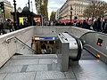 Entrée Station Métro George V Paris 5.jpg